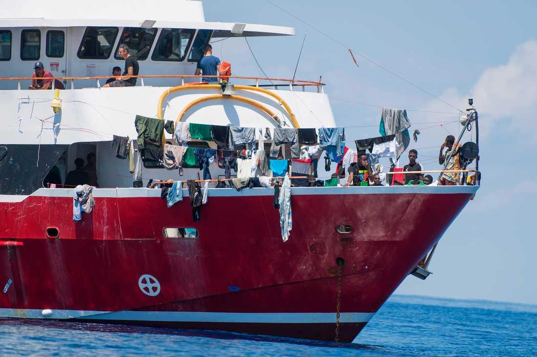 En av turistbåtarna utanför Malta den 2 juni i år. På båtar som denna hålls flyktingar under långa perioder medan de nekas att gå i land på önationen, som fått ta emot kritik för sin strategi.