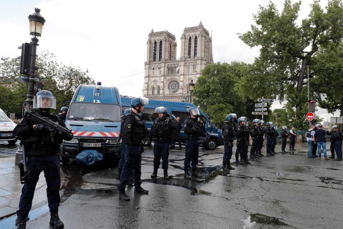 Polisuppbåd utanför Notre Dame.