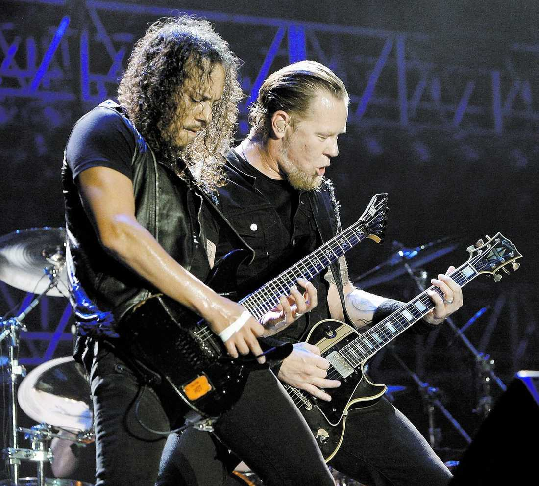 Metallicas gitarrister Kirk Hammett och James Hetfield sida vid sida. I morgon och på söndag spelar de i Globen.