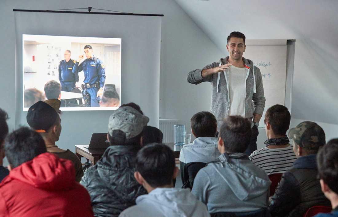 Mustafa Panshiri har föreläst i 218 kommuner, för tusentals ungdomar.