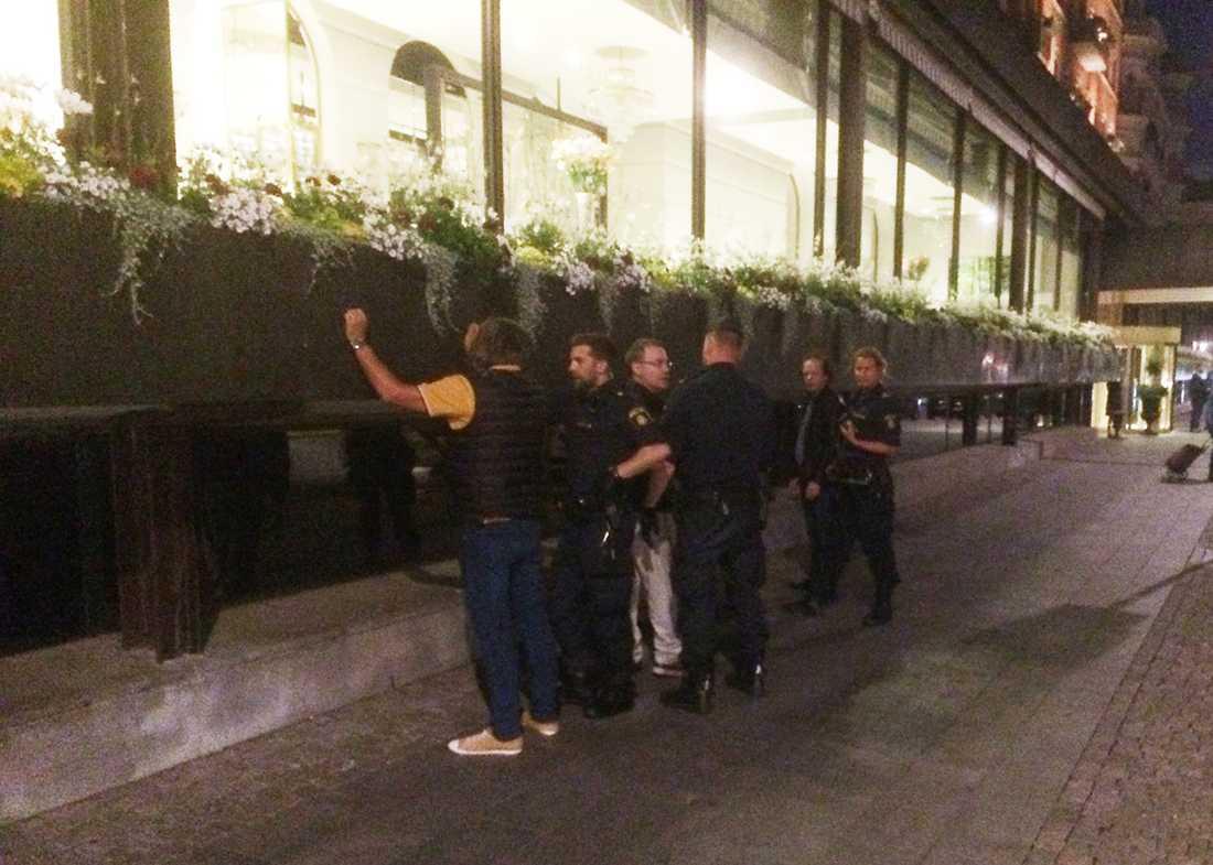Här genomsöks Stevie Young utanför sitt hotell i Stockholm.