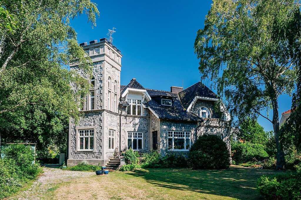 Den riddarborgsliknande villan på Limhamn ligger ute till försäljning.