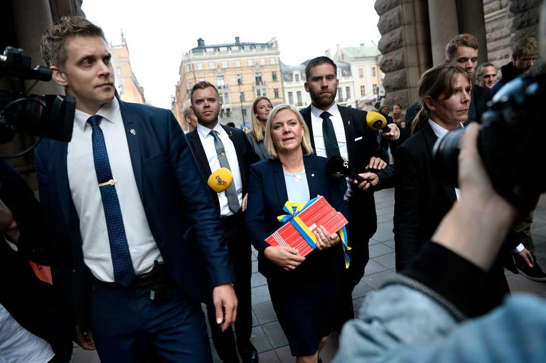 Finansminister Magdalena Andersson promenerar med budgetpropositionen från Rosenbad till Riksdagshuset för att delta i budgetdebatten.