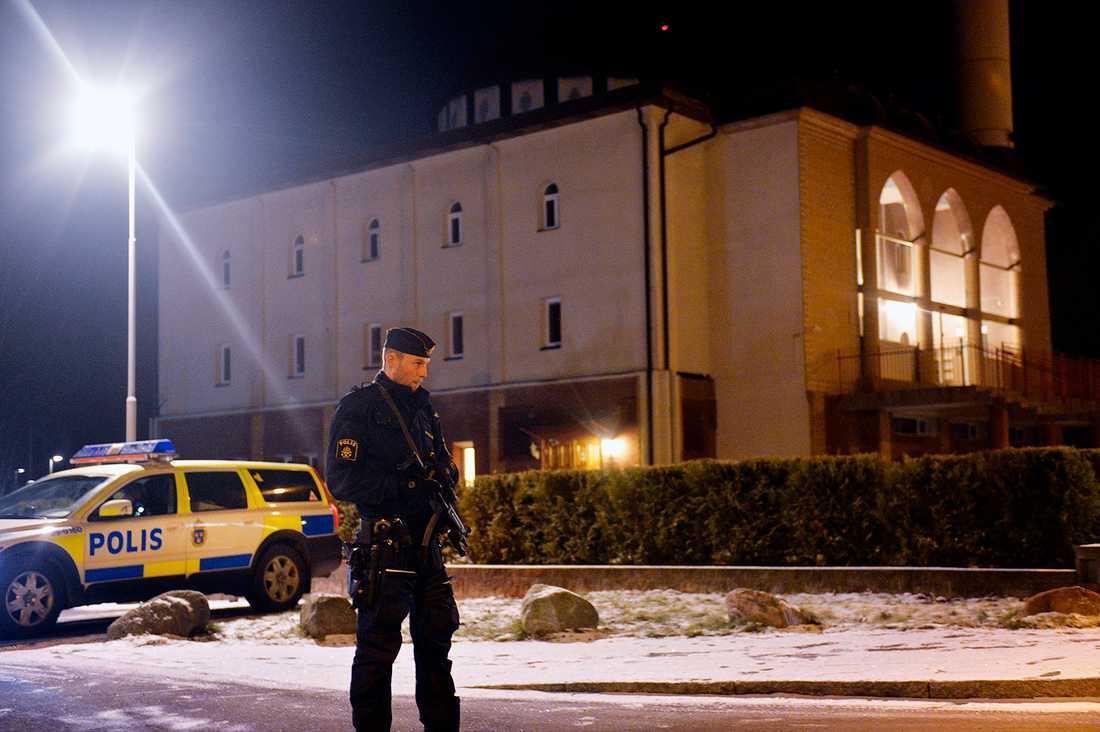 Polisen står utanför moskén med förstärkningsvapen.