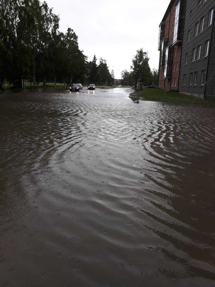 Regnet har slutat falla men vägarna är fortfarande fulla av vatten.