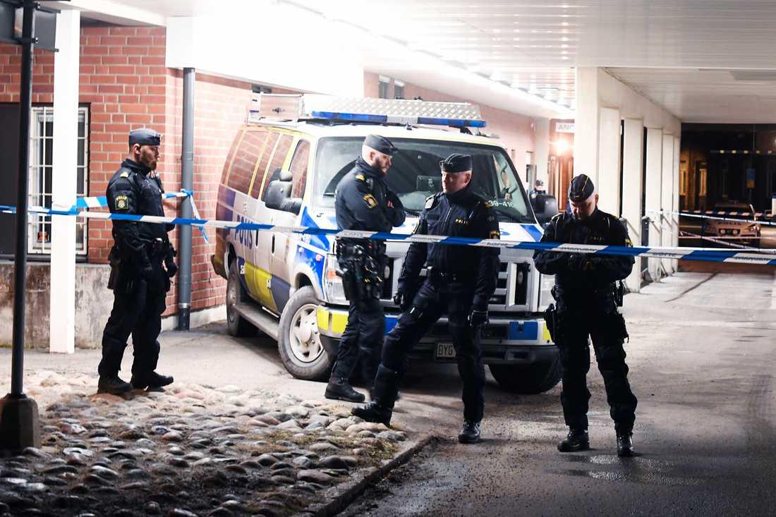 Polisen har spärrat av ett område vid Karolinska sjukhuset.