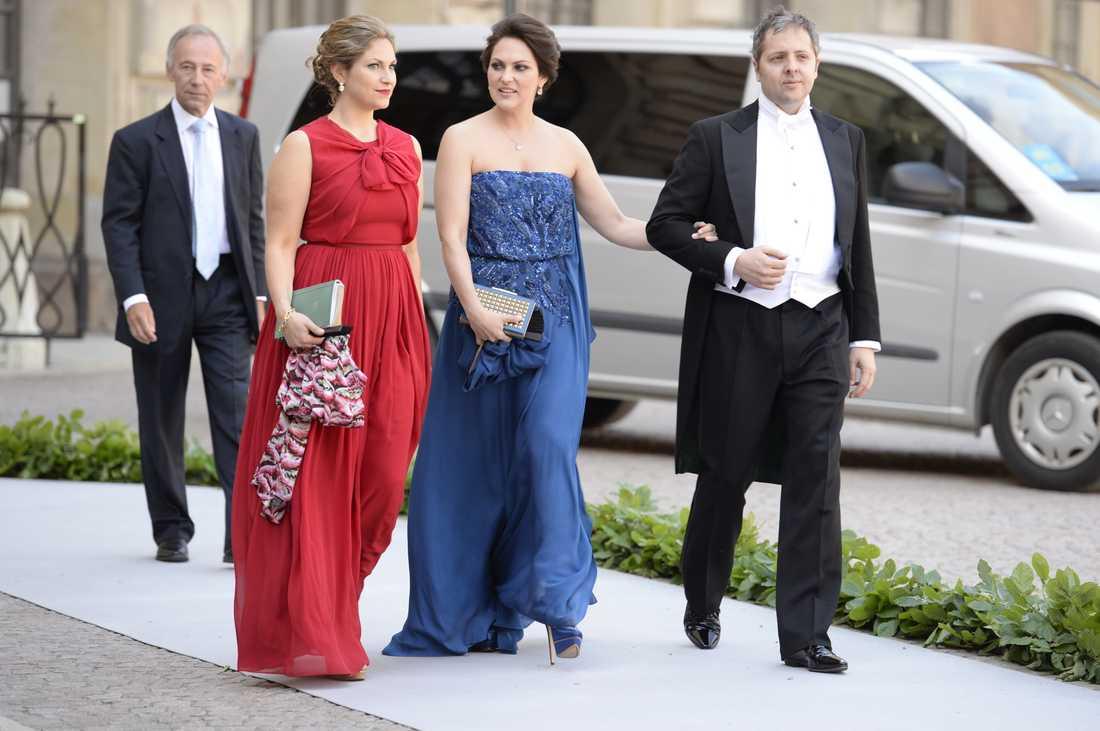 Färgprakt. Det är inte varje dag det är prinsessbröllop, vilken man tydligt kan se på ambitionsnivån på gästernas kläder.