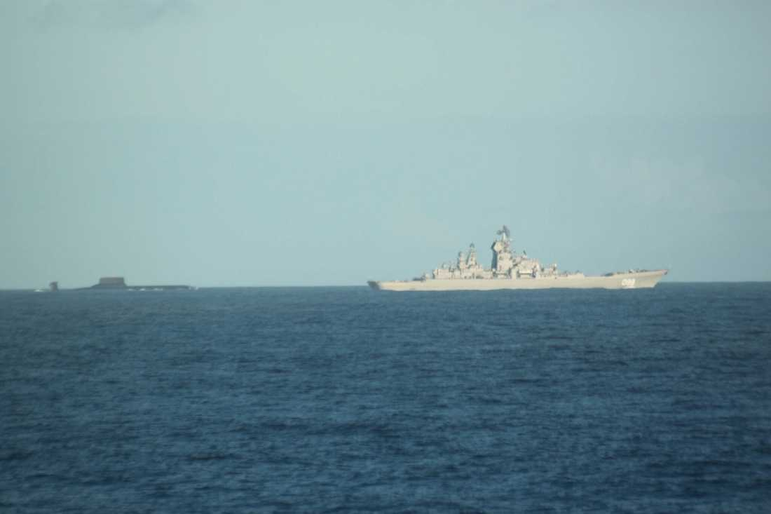 Ubåten Dmitrij Donskoj och slagskeppet Pyotr Veliky passerar Sverige i dagarna.