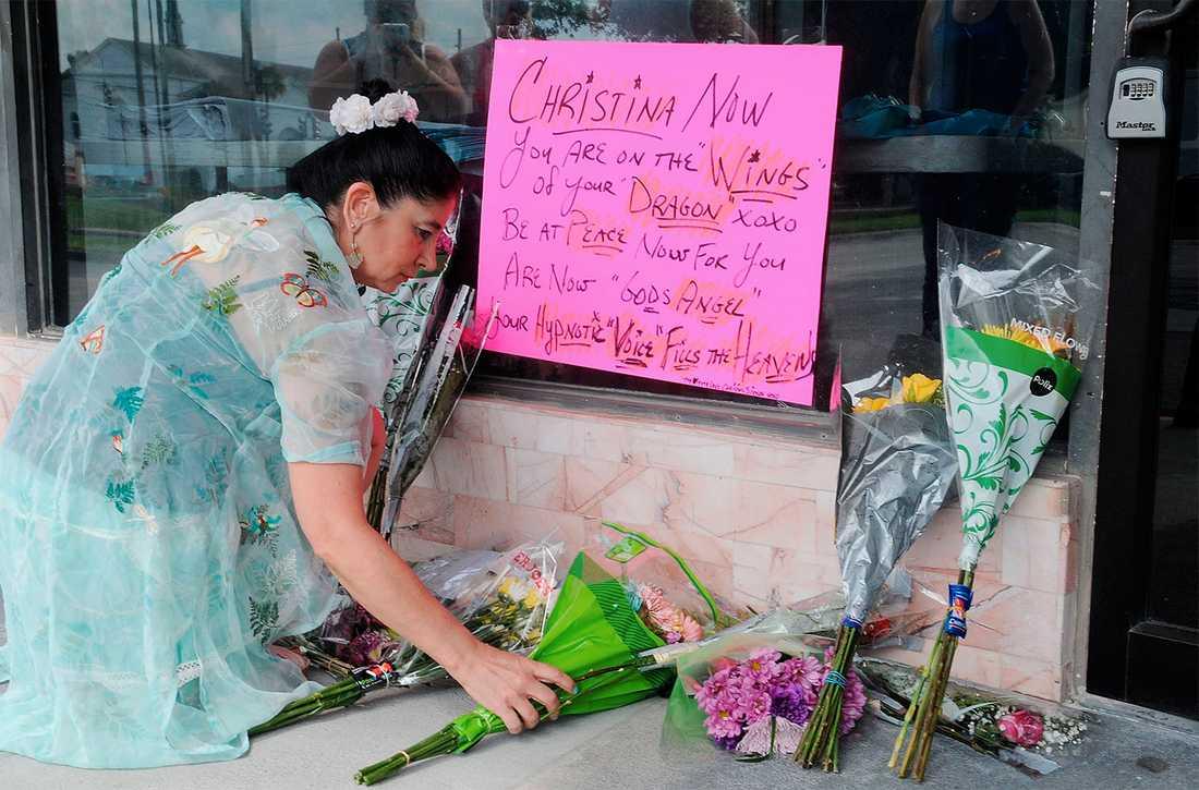 Christine Demas lägger blommor vid platsen där Christina Grimmie sköts till döds.
