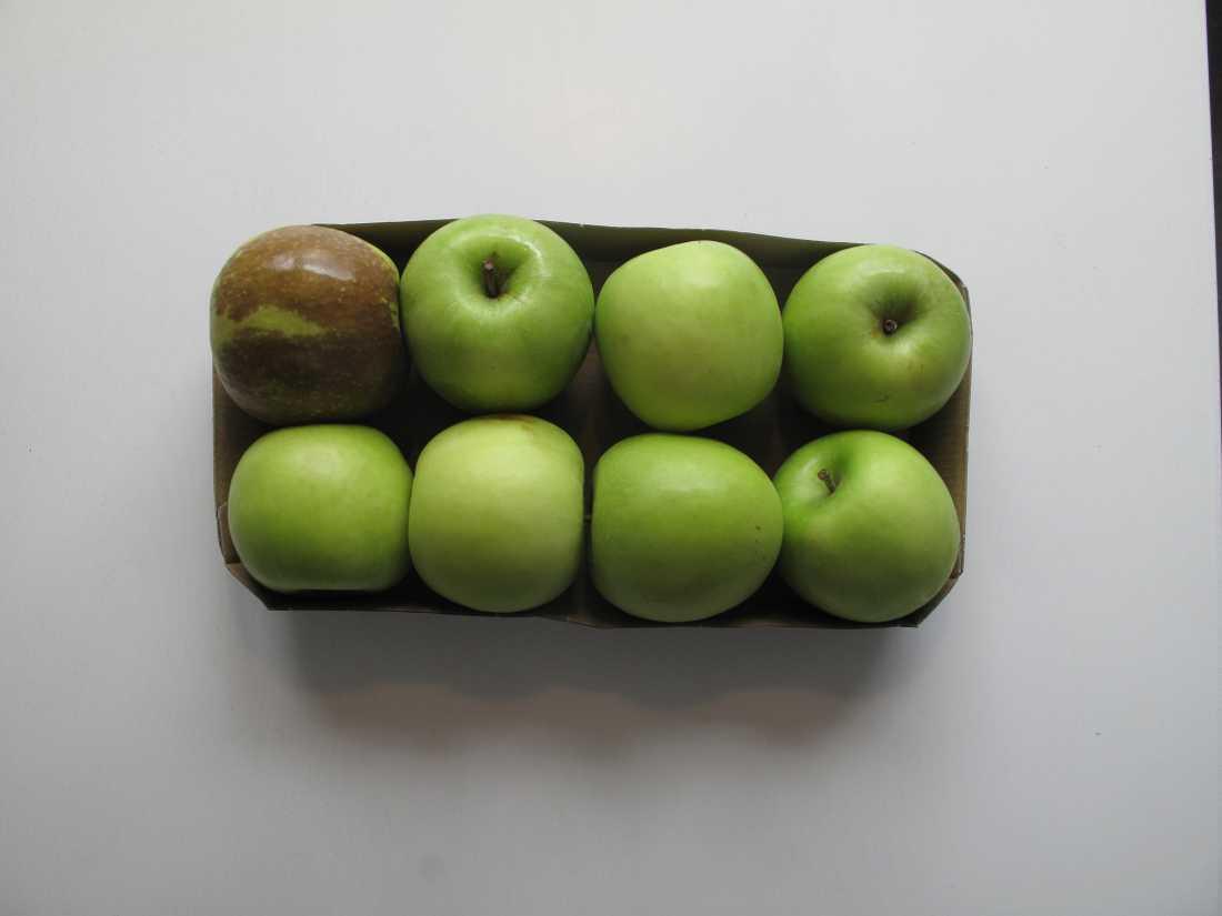Förpackade äpplen slängs – trots att endast ett är dåligt.