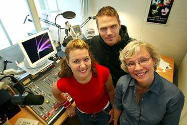 AFTONBLADETS RÖSTER I RADIO Jenny Ågren (längst till vänster), Fredrik Lindén och Anna Hjalmarsson är personerna bakom nyhetssändningarna – men du möter ofta också fler, kända Aftonbladet-profiler i intervjuerna.