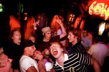 """Sexton grabbar från Luleå firar student och muck med ändlösa partynätter i Sunny Beach. De dricker och dansar på klubbarna, men det finns ett litet problem med att vara så många. """"Vi skrämmer ju bort tjejerna"""", säger en i gänget."""