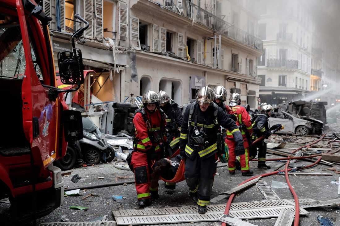 En skadad förs bort efter explosionen i Paris