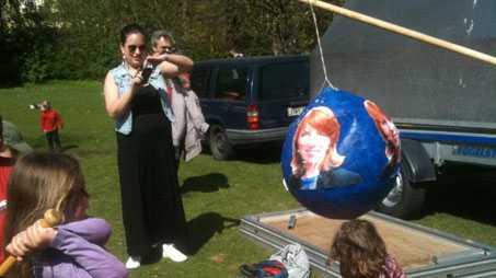 Barnen fick använda baseballträ för att slå sönder en piñata föreställande Annie Lööf.