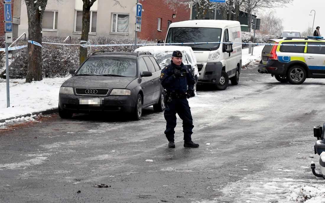 Polisen undersöker en misstänkt flyktbil.