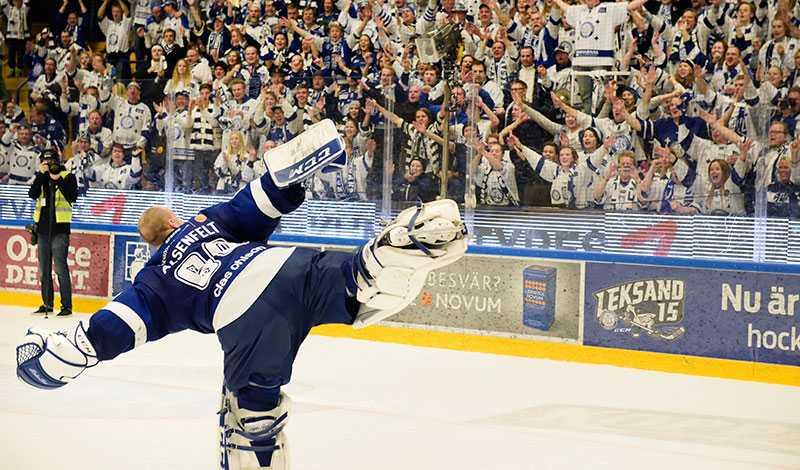 Oscar Alsenfelt firar segern med fansen.