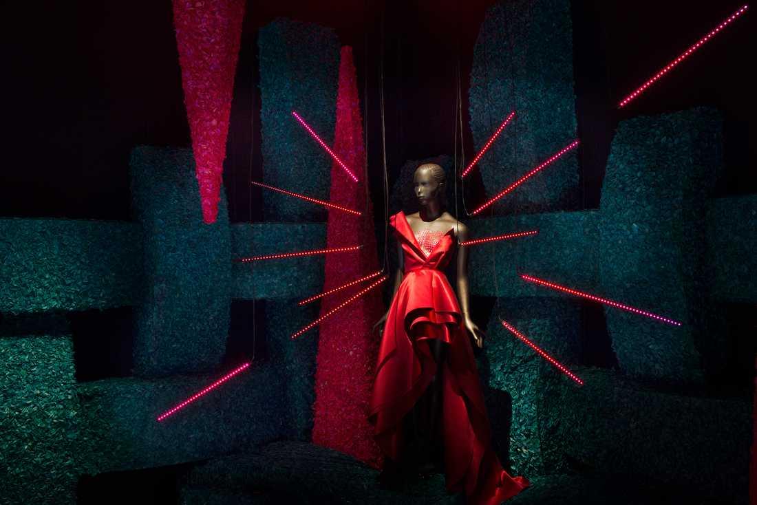 """Trend och tvivel  H&M:s klänning """"Kärlek"""" i rummet med samma namn. Besökaren uppmanas att leta efter sin egen framtidsvision med ugångspunkt från """"modet sinneboende kraft"""" –  frågan är om utställningsmakarna själva tror på den."""