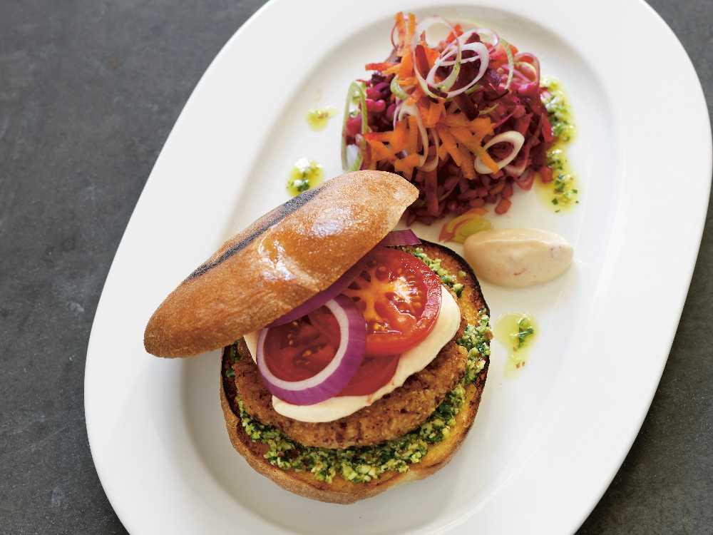 Den här bönburgaren bygger på ett veganskt recept, men du kan lägga till ost, kött, fågel eller fisk om du vill.