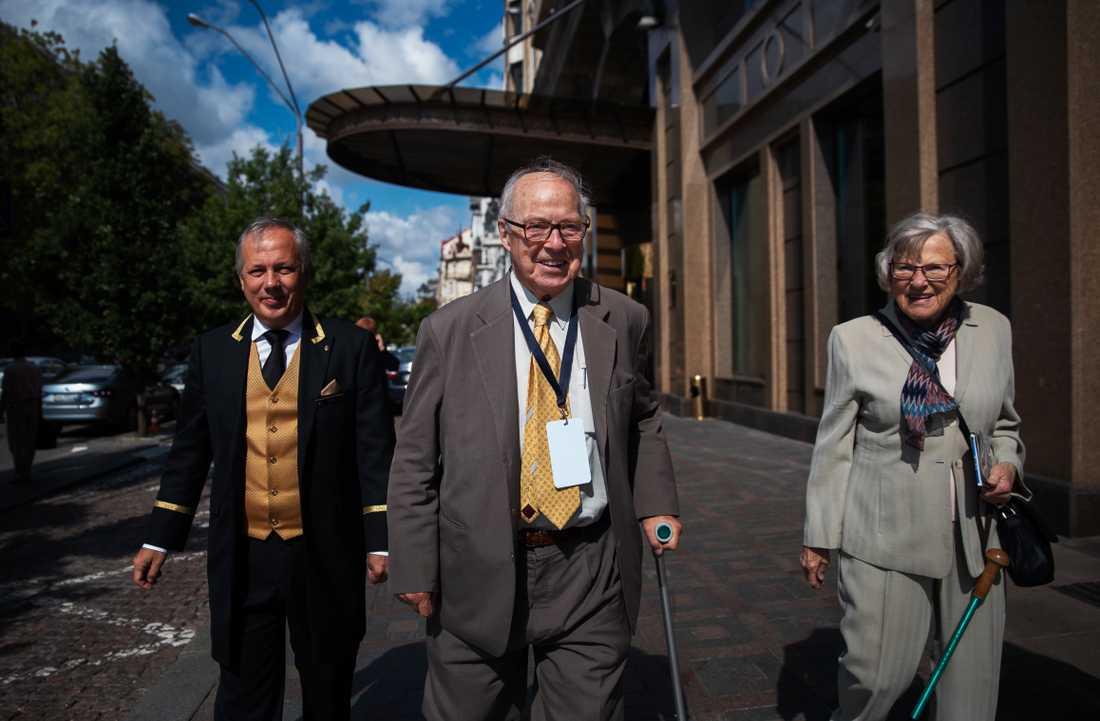 Hans Blix tillsammans med sin fru Eva utanför Hotel Intercontinental i Kiev.