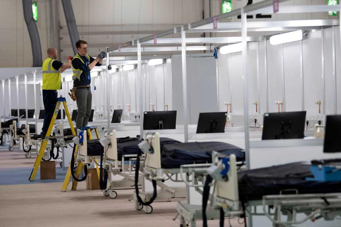 Ett fältsjukhus med plats för 2000 patienter konstrueras i en mässhall i östra London.