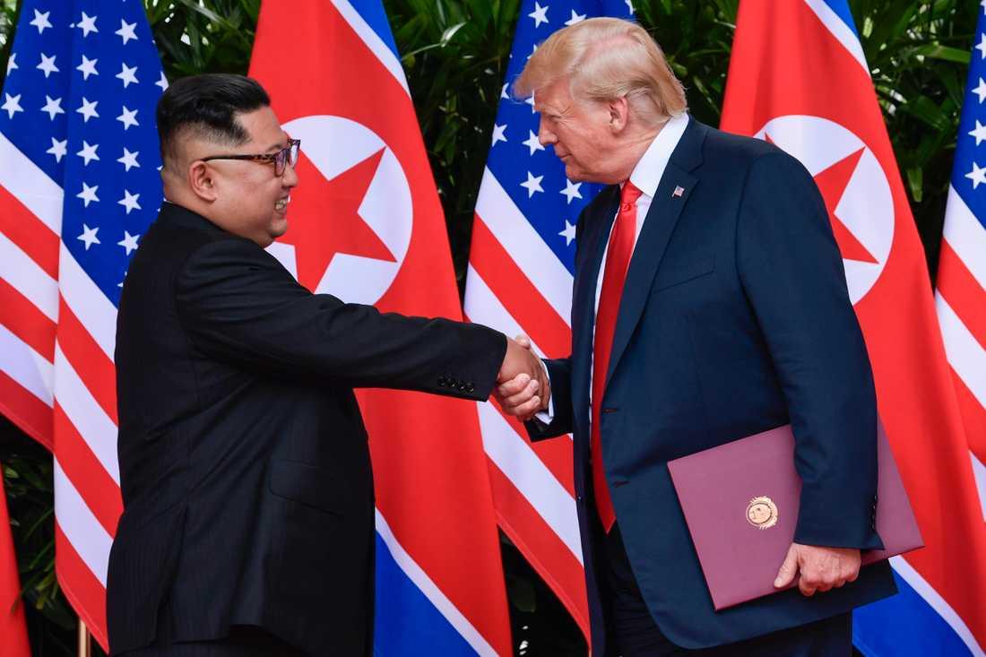 Kim Jong-un  och Donald Trump skrev på ett avtal som skulle minska kärnvapenhotet.