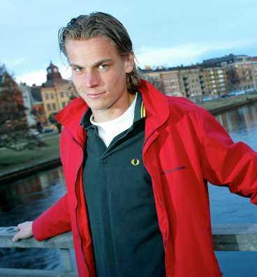 lämnar malmö för amsterdam I går lämnade Markus Rosenberg landslaget och flög till Amsterdam. Där skrev han kontrakt med Ajax och i dag ska han genomgå en läkarundersökning.