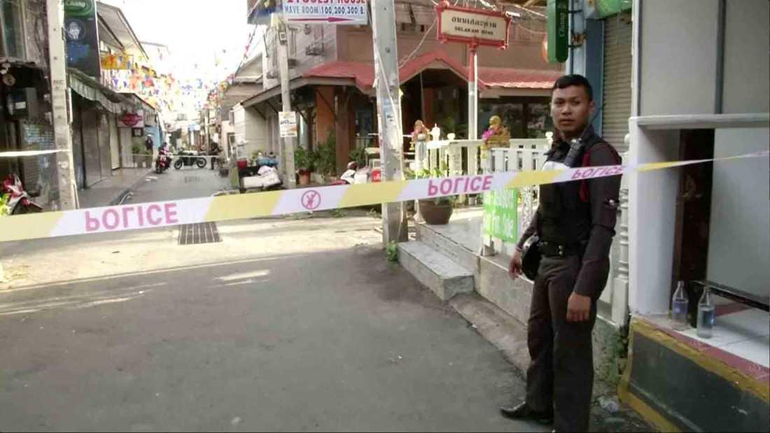 Polis står vid platsen där två bomber exploderade i Hua Hin på torsdagen.