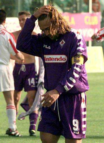 det bittra uttåget I våras ramlade Fiorentina ur Serie A. På grund av den dåliga ekonomin nekades man häromdagen spel i Serie B, vilket innebär att den anrika klubben från Florens nästa år kommer att spela i tredjedivisionen. Hela Italien sörjer uttåget, inklusive Gabriel Batistuta, klubbens bäste målskytt genom tiderna.