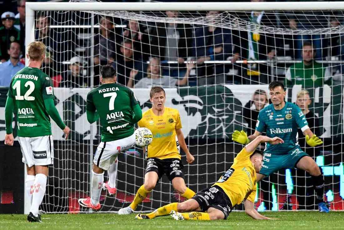 Dzenis Kozica skjuter bollen på armen på Elfsborgs Adam Lundqvist med straff som följd.