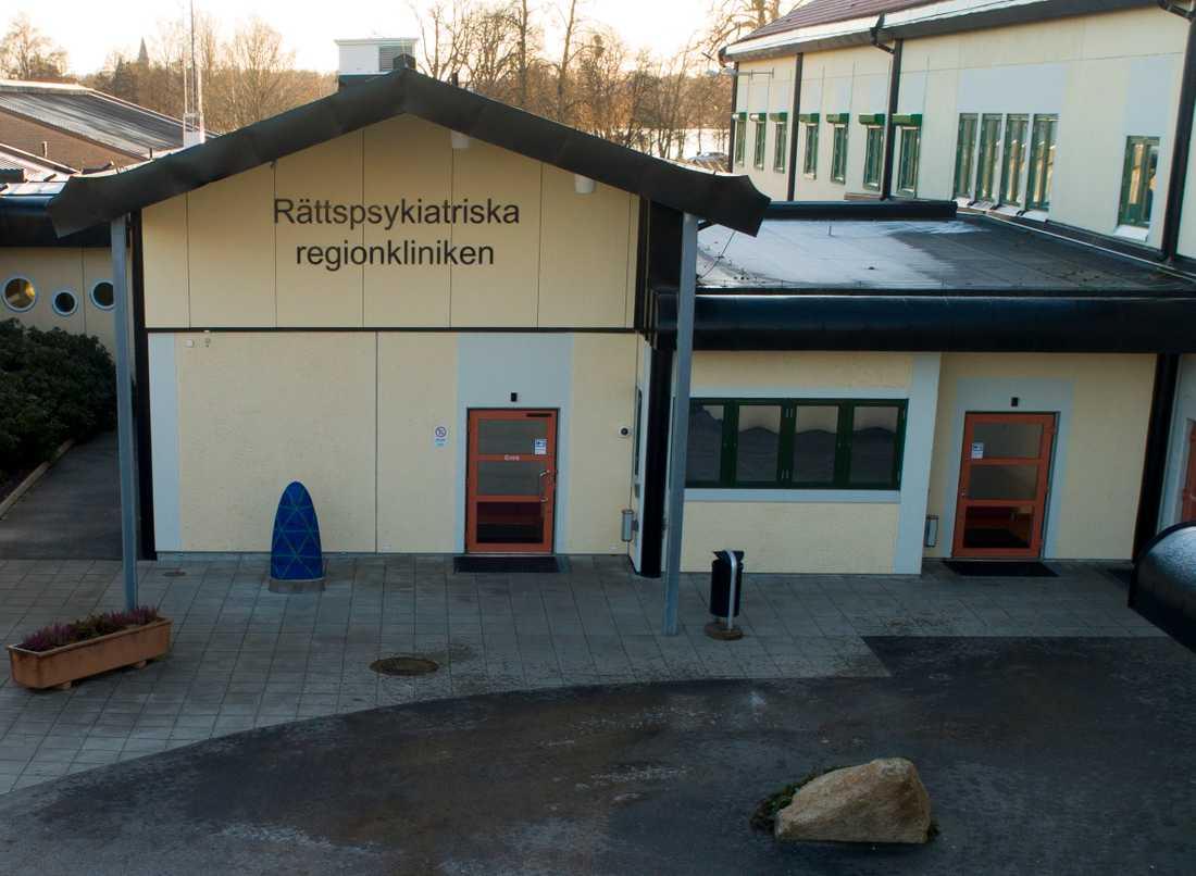 En patient på rättspsykiatriska kliniken i Växjö misstänks ha tagit sitt liv inne på sitt rum. Nu ska sjukhuset utreda hur det kunde hända.