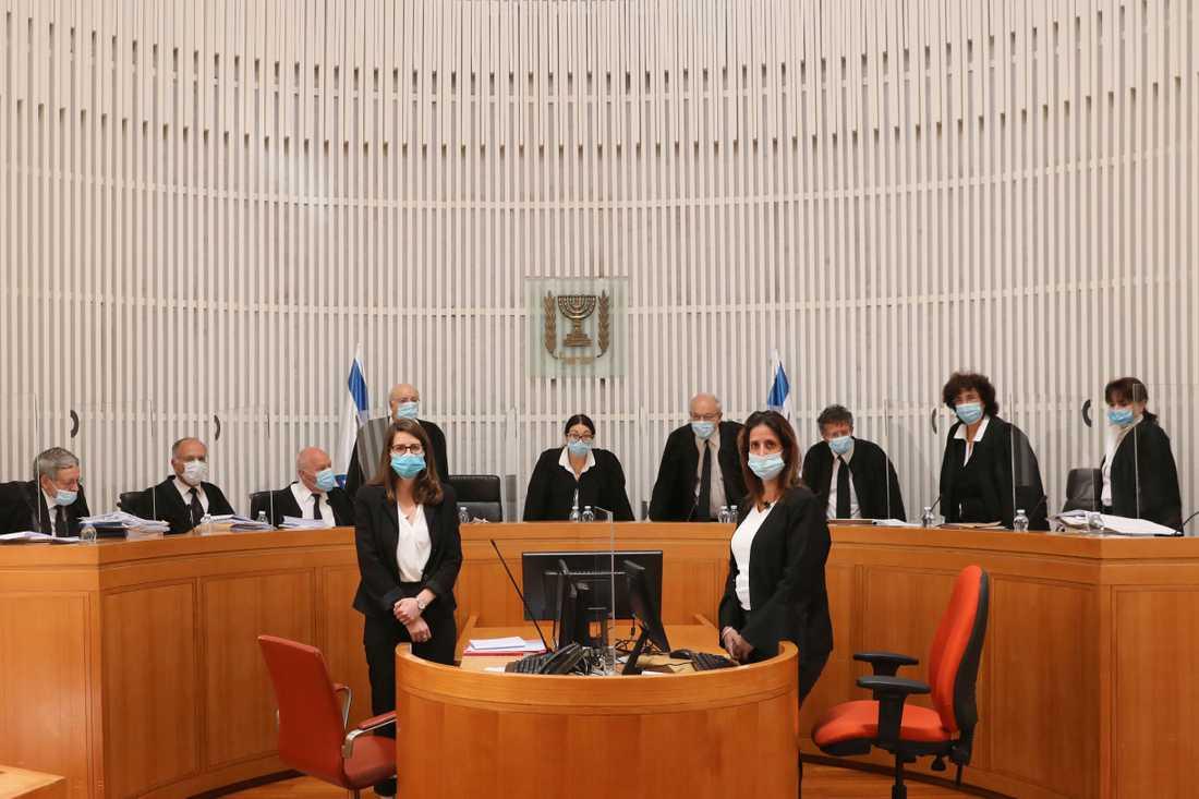 Elva domare med munskydd kom fram till att Benjamin Netanyahu får bilda regering trots att han ska ställas inför rätta för korruption.