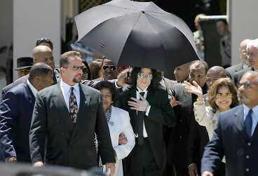 """FRIAD - MEN SKAKAD Michael Jackson lämnar rättssalen som en fri man. Nu anklagas juryn för att ha bländats av popstjärnans berömmelse. Efter de friande domarna mot Jackson och tidigare O J Simpson och Robert """"Baretta"""" Blake, verkar det inte som det går att fälla en kändis i USA."""