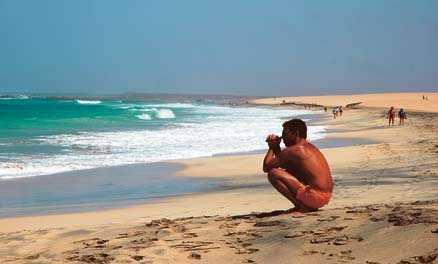 Är du ute efter bad och avkoppling kan en semester i Kap Verde vara perfekt. På stranden i Santa Maria behöver du inte trängas med andra. Men se upp för vågorna.