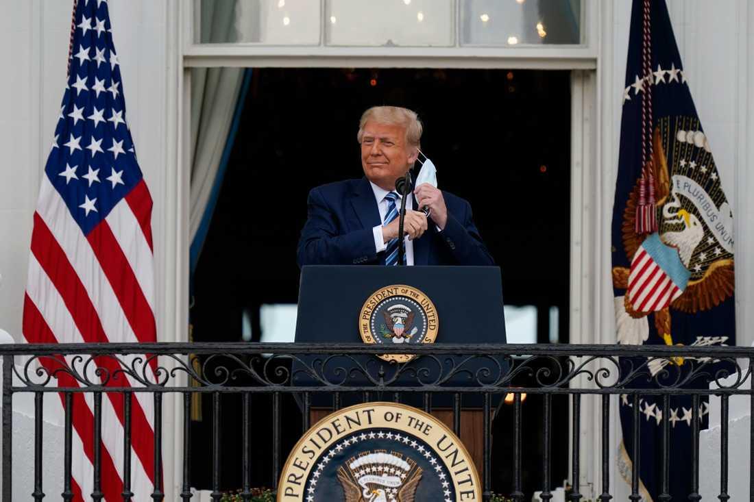 Jag mår utmärkt, hur mår ni? säger presidenten inför en jublande folkmassa.