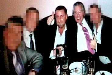 STJÄRNADVOKATEN GÖR TUMMEN UPP Den utpekade gangsterledaren Milan Sevo leker med en pistol. Stjärnadvokaten Thomas Martinson gör tummen upp. Till höger sitter den 33-årige livvakten som Martinson nu försvarar i en narkotikautredning. De privata festbilderna hittades hemma hos Milan Sevo vid en husrannsakan.