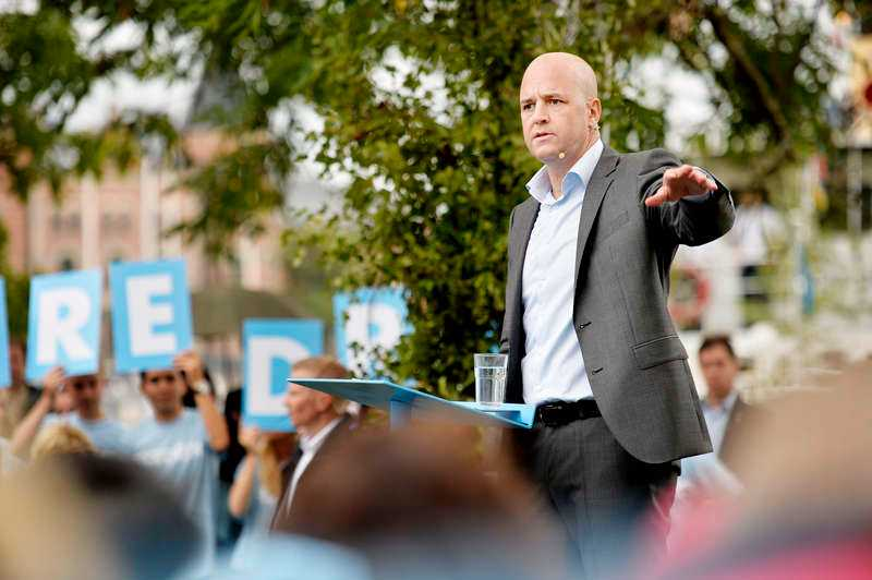 Reinfeldt öppnar inte bara sitt hjärta, utan även en dörr för dem som tycker att det kanske är lite för många som kommer hit.
