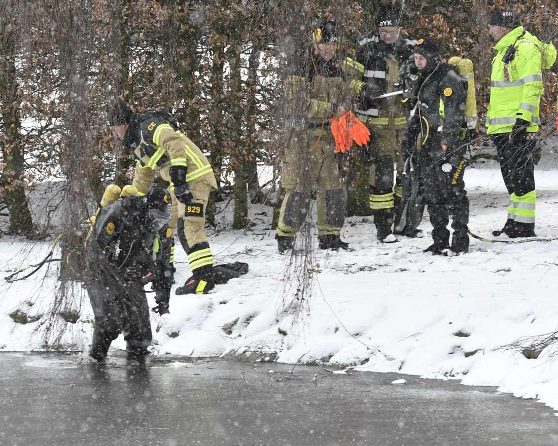 Polisen söker efter spår i en damm vid Pildammsparken i Malmö.