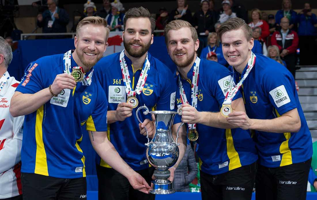 Svenska guldlaget Niklas Edin, Oskar Eriksson, Rasmus Wranå och Christoffer Sundgren.