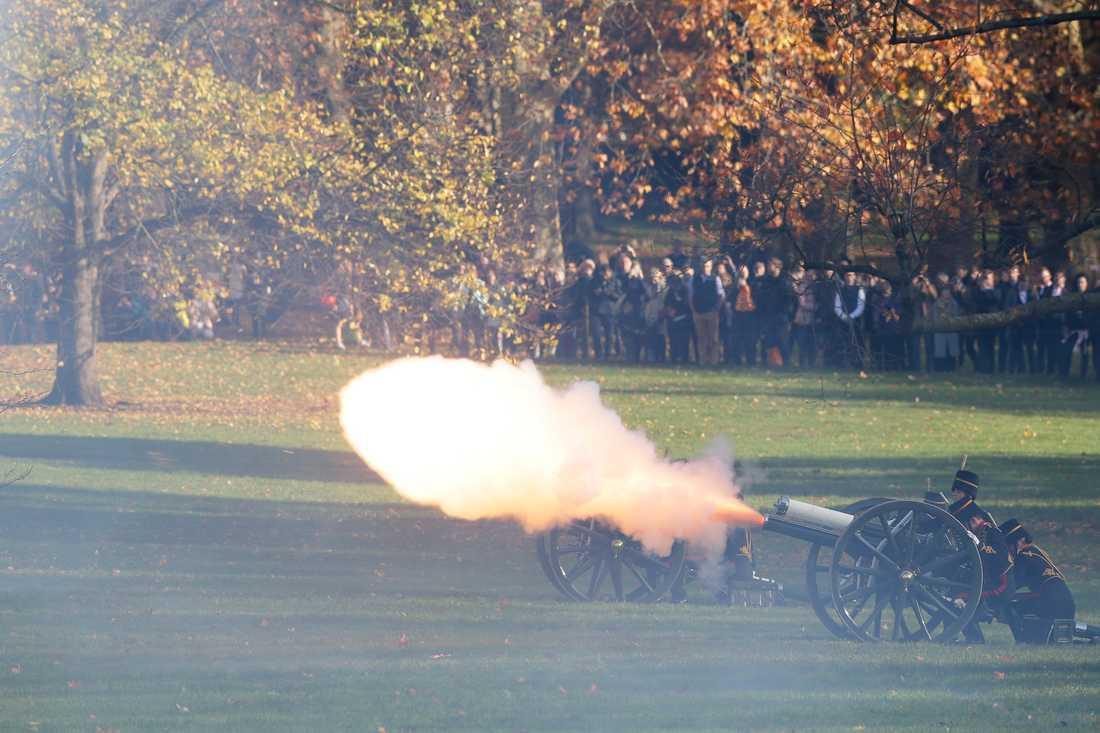 I Green Park i centrala London skjuts salut i 41 kanonsalvor för att markera prins Charles födelsedag.