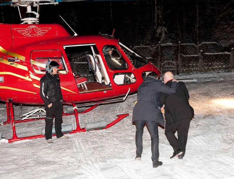 på väg in i helikoptern ... och kidnappar Bertil som får flyga helikopter till Svenska hjältar-galan.