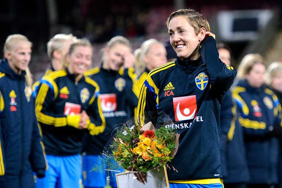 Therese Sjögran hedras efter matchen mellan Sverige och Tyskland som var hennes 200:e landskamp.