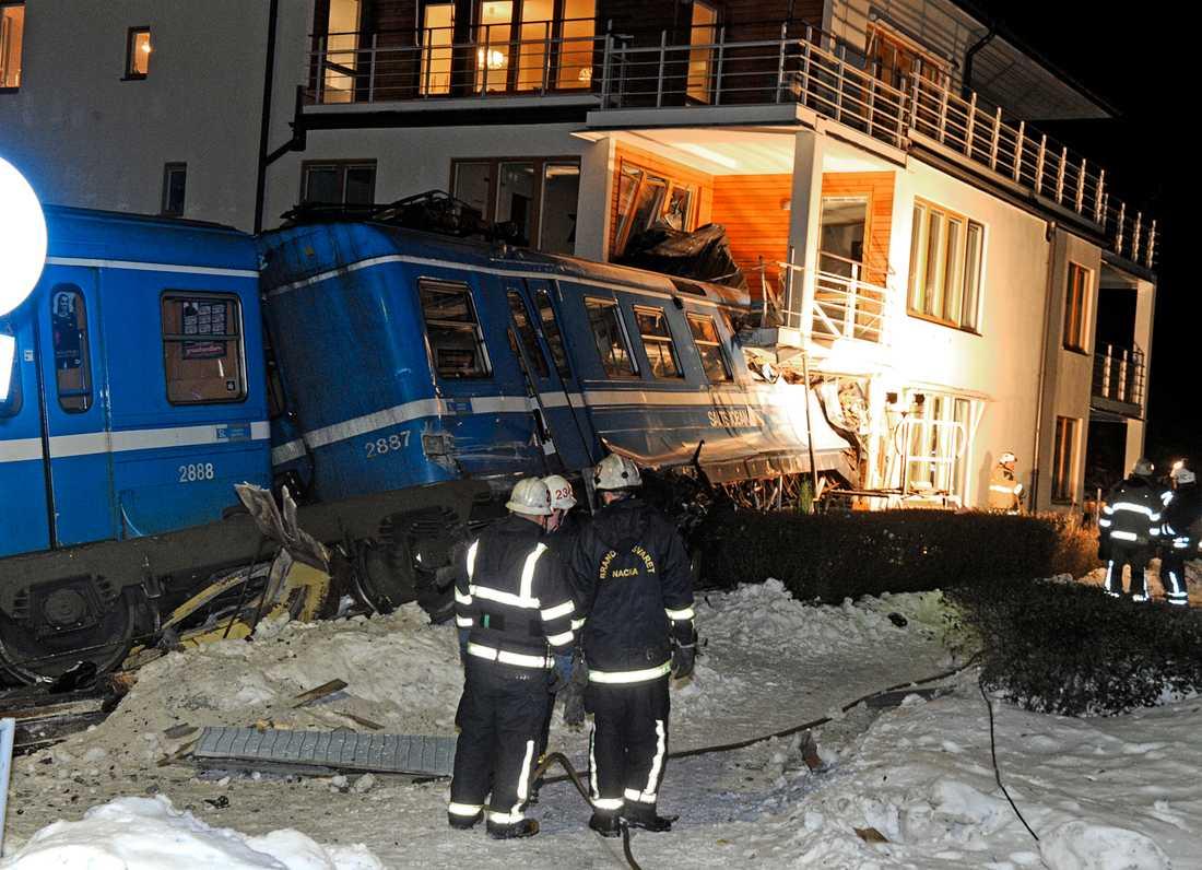 Tåget körde rakt in i ett bostadshus sedan det brakat igenom stoppbocken vid Saltsjöbanans ändstation utanför Stockholm.