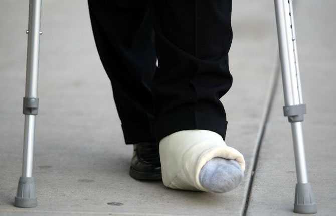 FOTEN I PAKET Bara ett par dagar efter att nyheten avslöjas visar Forsberg upp foten i paket efter operationen som genomfördes på Rose Medical Center.