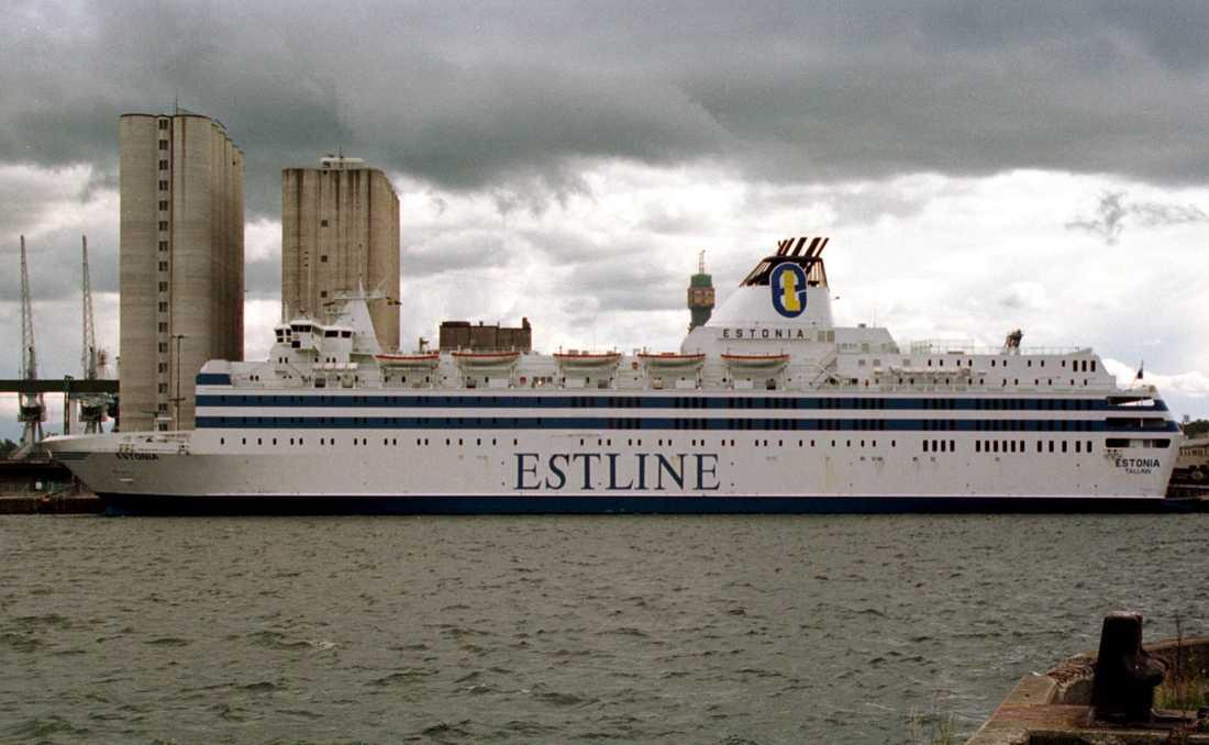 M/S Estonia i kaj vid Värtahamnen i Stockholm 1993. Estonia byggdes på det västtyska varvet Jos L Meyer-Werft och sjösattes 1980. Fartyget seglade i tio år på Östersjön under namnet Viking Sally. Då var färjan den största i sitt slag i trafiken mellan Sverige och Finland med 504 passagerarhytter och plats för 52 lastbilar och 460 personbilar. Färjan genomgick flera ägarbyten innan hon köptes av Nordstrom & Thulin och började gå rutten Stockholm-Tallinn i ett samarbete med estniska Estline 1993. Hon fick då namnet M/S Estonia. Arkivbild