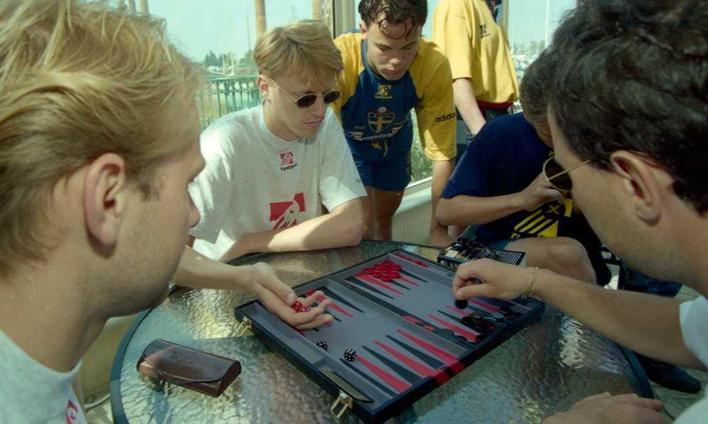 Backgammon är ett populärt tidsfördriv under hela VM. Stefan Rehn skapar trenden.