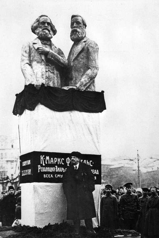 Lenin avtäcker ett monument över Marx och Engels i Moskva 1918.