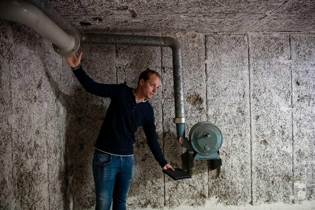 Richard Malm, skyddsrumssakkunnig, visar hur fläkten fungerar i ett skyddsrum.