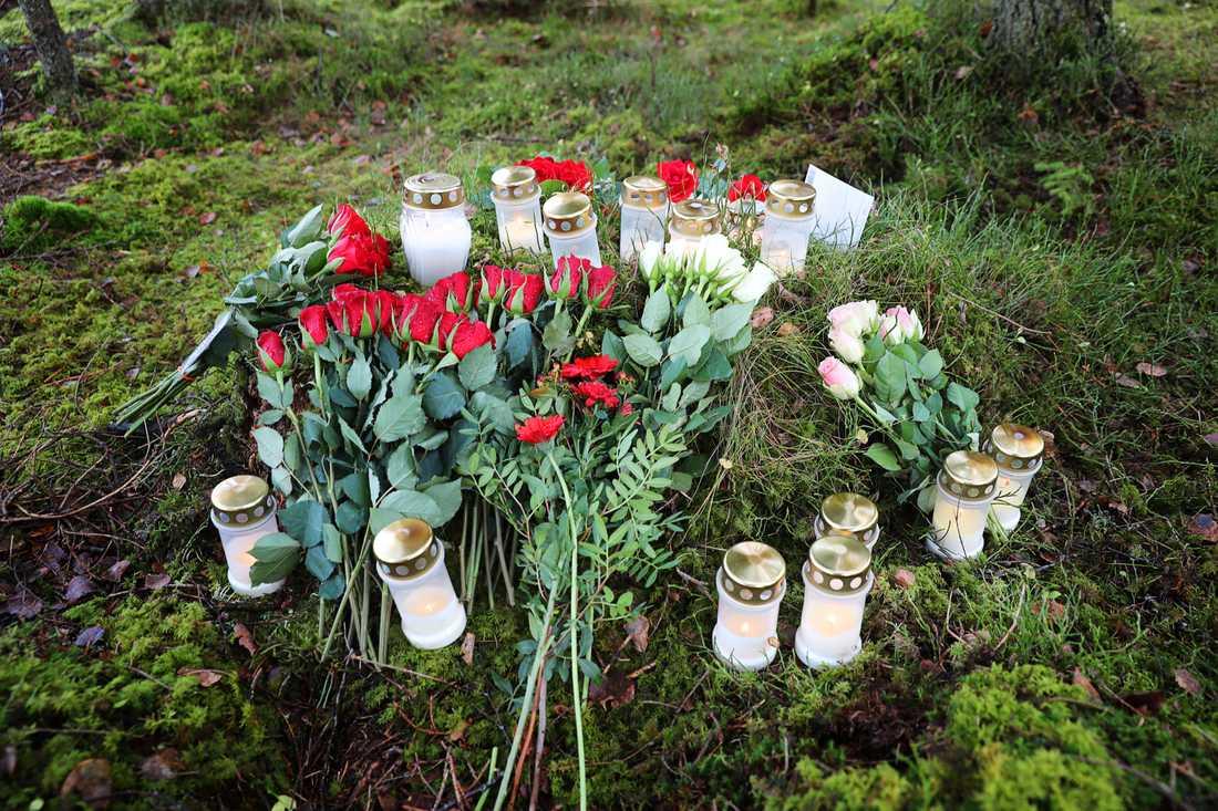 Ljus och blommor vid mordplatsen.