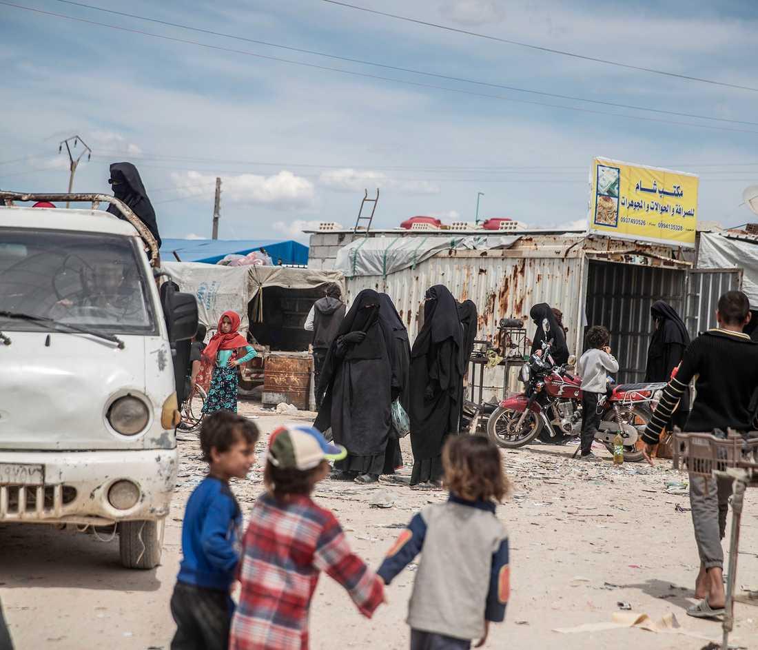 De svenska barnen lever i en särskild del av lägret med extra hård bevakning.