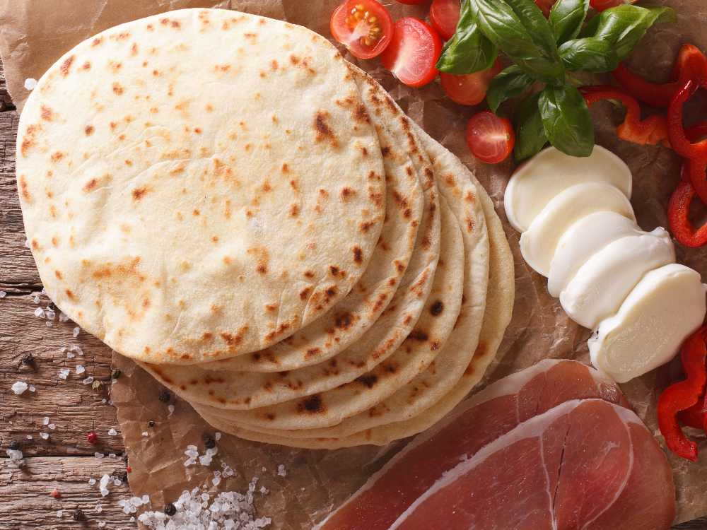 Tunna bröd gjorda i stekpannan är goda att fylla med italienska delikatesser.